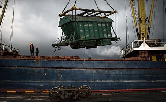 Выгрузка вагона сзерном вНовороссийском морском торговом порту