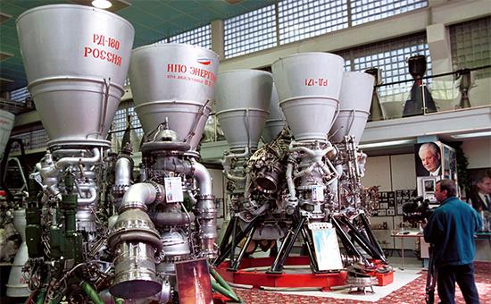 Двигатели «РД-180»(слева) и «РД-171»для ракет-носителей в сборочном цехе НПО «Энергомаш», 2000 год