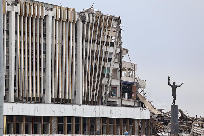 Обрушение крыши при демонтажных работах на СКК «Петербургский»