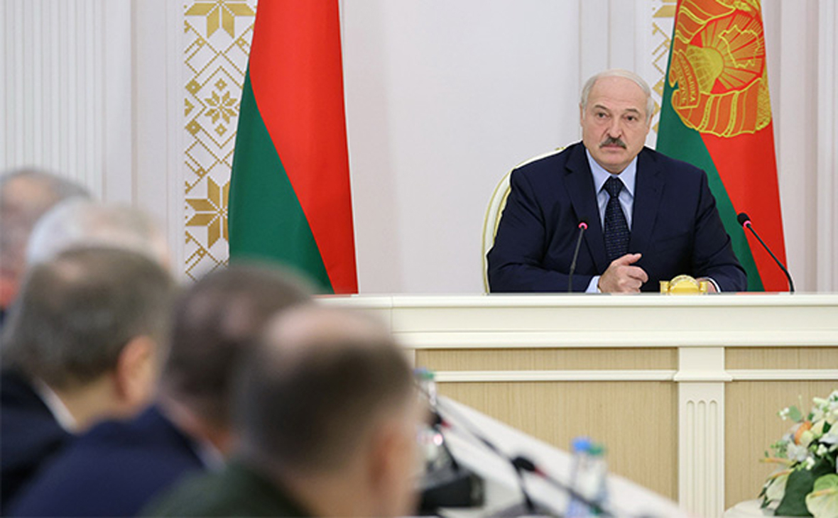 Александр Лукашенко (справа)