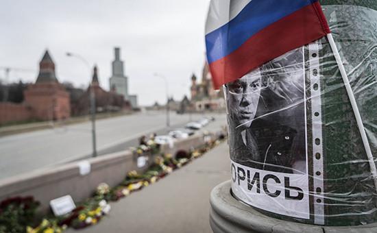 Цветы наместе убийства политика Бориса Немцова