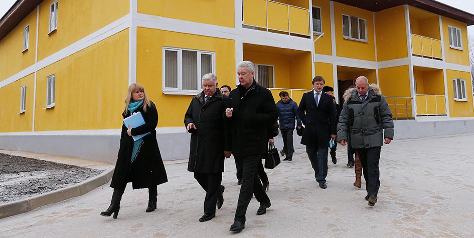 Мэр Москвы Сергей Собянин (в центре) наодной изгородских строек