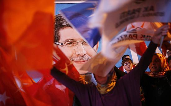 Сторонники «Справедливость и развитие» (АКР)после выборов. На плакате изображен премьер-министр Турции и лидер AKPАхметДавутоглу
