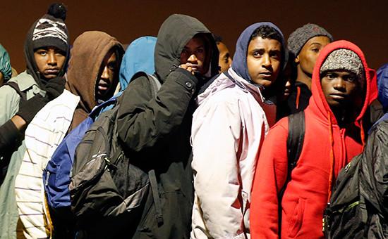 Мигранты в очереди в сортировочном центре.Кале, Франция, 24 октября 2016 года