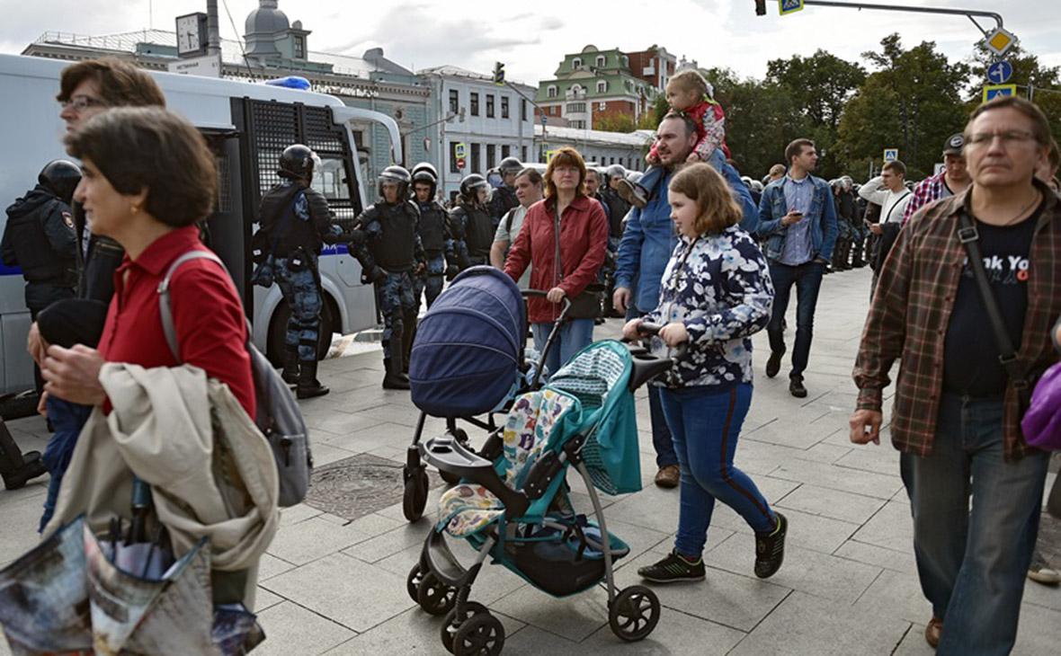 Многодетные семья Петра и Елены Хомских во время акции