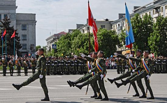 Военнослужащие вооруженных сил Луганской народной республики на военном параде в честь 71-й годовщины Победы в Великой Отечественной войне в Луганске