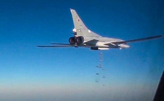 Дальний бомбардировщик Ту-22М3 вовремя боевого вылета попозициям боевиков запрещенного вРоссии «Исламского государства» натерритории Сирии, 25 января 2016 года