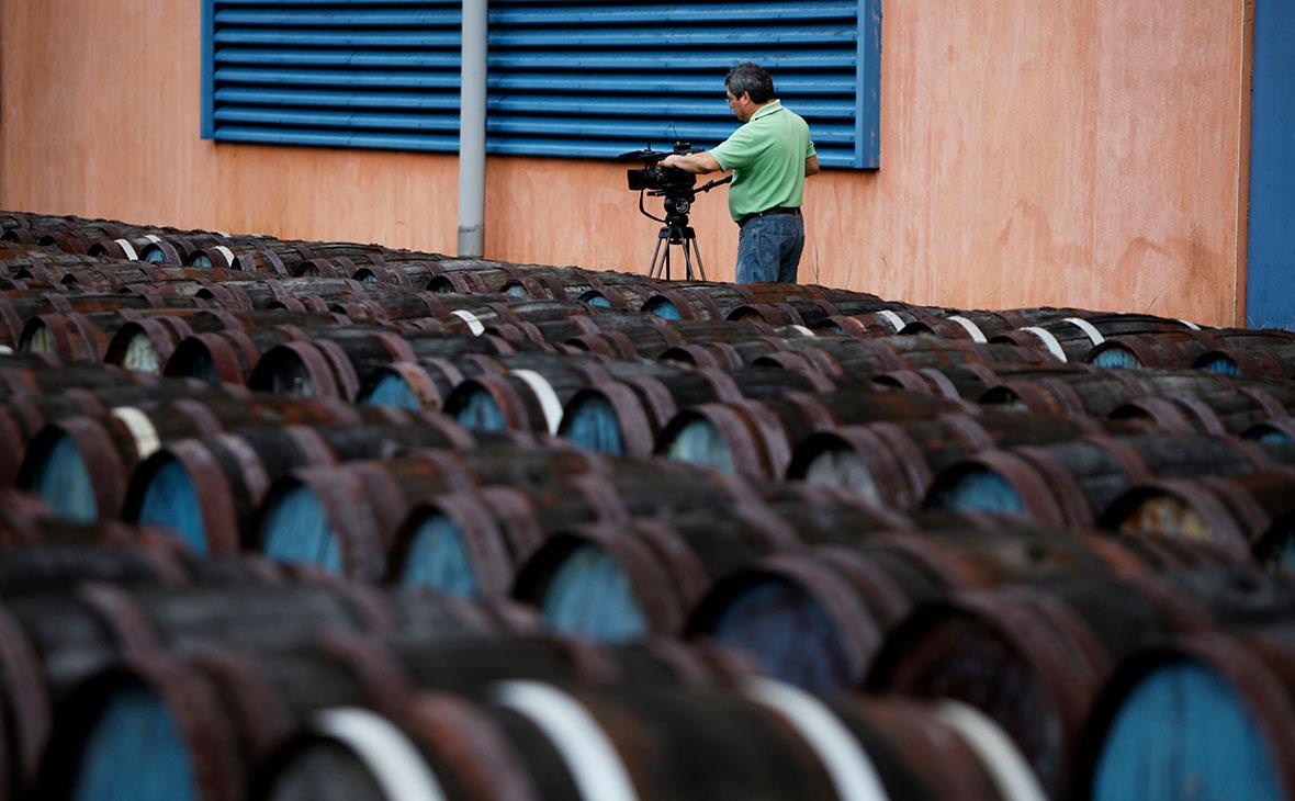 Бочки с ромом на фабрике в Сан-Хосе-лас-Лахас, Куба