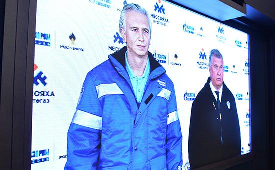 Глава «Газпром нефти» Александр Дюков (слева) иглава «Роснефти» Игорь Сечинвходе телемоста с президентом РФ Владимиром Путиным, посвященного запуску Восточно-Мессояхского месторождения