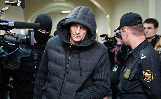 Губернатор Сахалинской области Александр Хорошавин (в центре) перед заседанием в Басманном суде в Москве