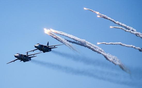 Бомбардировщики Су-24 во время генеральной репетиции военно-морского парада Архивное фото