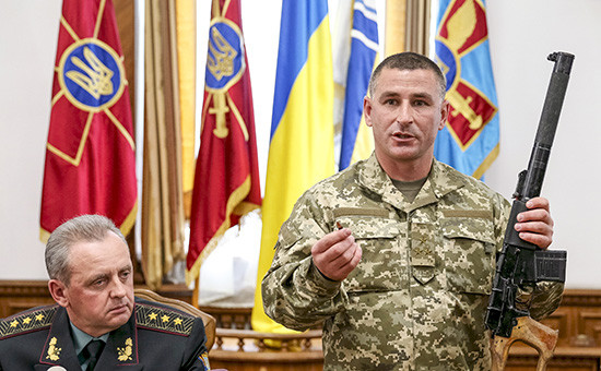 Командующий 92-й бригады Виктор Николюк показывает винтовку, изъятую у российских граждан, задержанных близ города Счастье Луганской области