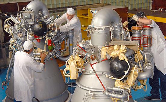 Сборка жидкостного ракетного двигателя длявторой ступени ракеты-носителя «Протон» на Воронежском механическом заводе. 12 июля 2007 года