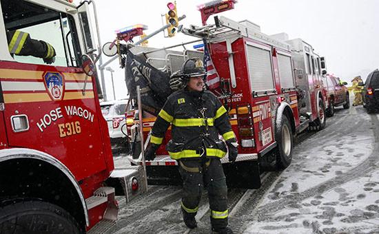 Пожарный в аэропорту Ла-Гуардия в Нью-Йорке