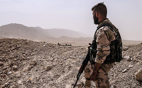 Военнослужащий сирийской армии во время боев за город Пальмира.24 марта 2016 года