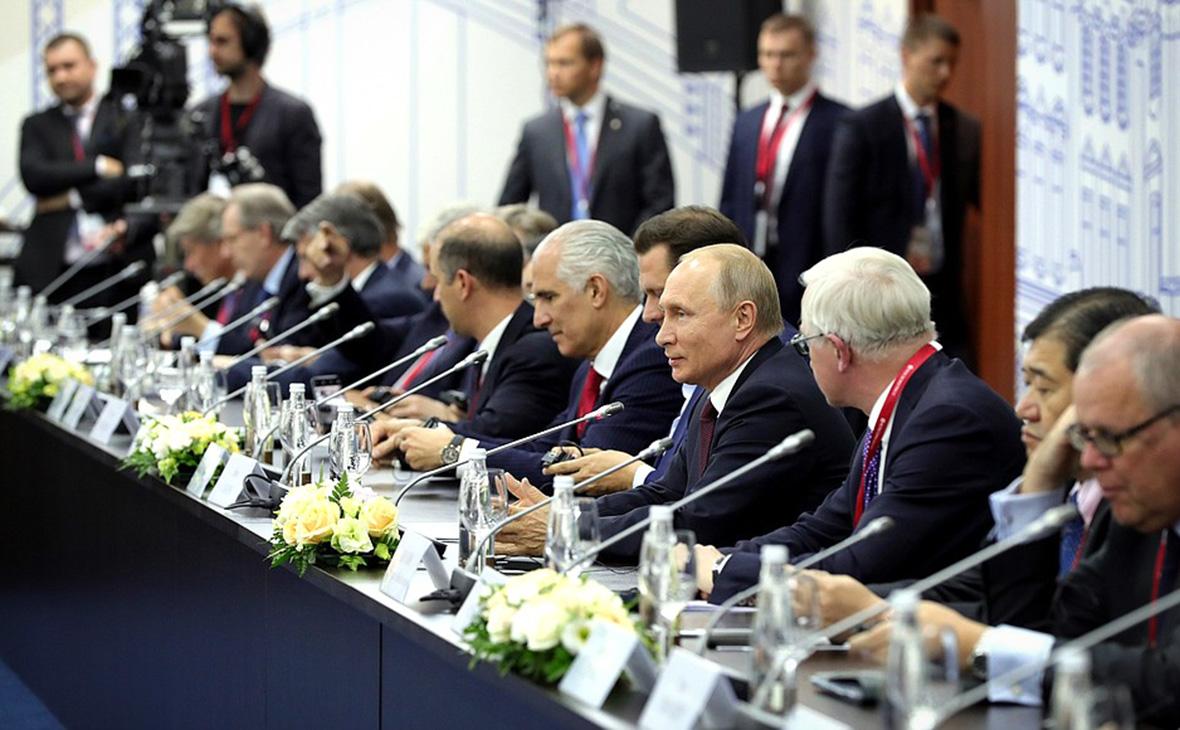 Владимир Путин (в центре)на встрече с иностранными инвесторами. 25 мая 2018 года