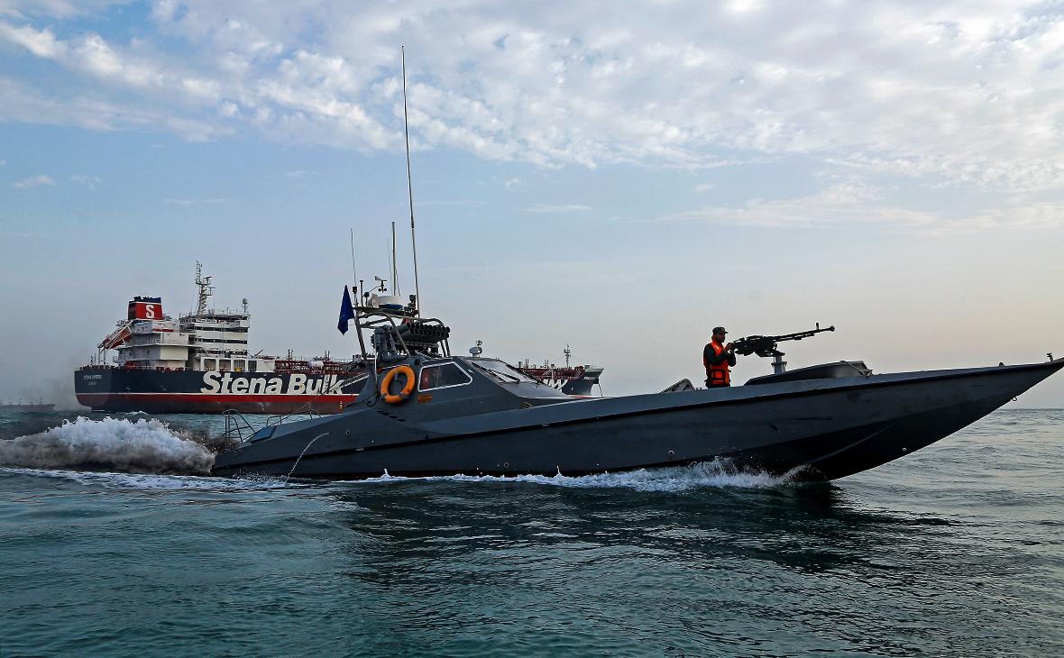 Танкер Stena Impero (на втором плане)