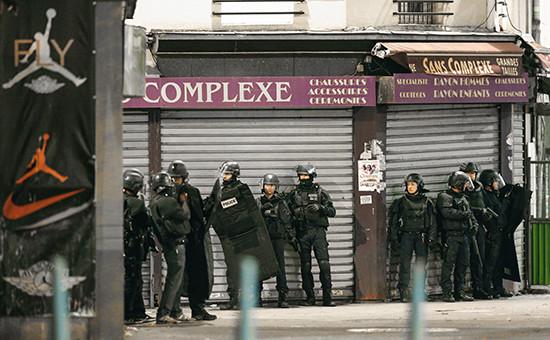 Французский спецназ вовремя спецоперации впарижском пригороде Сен-Дени