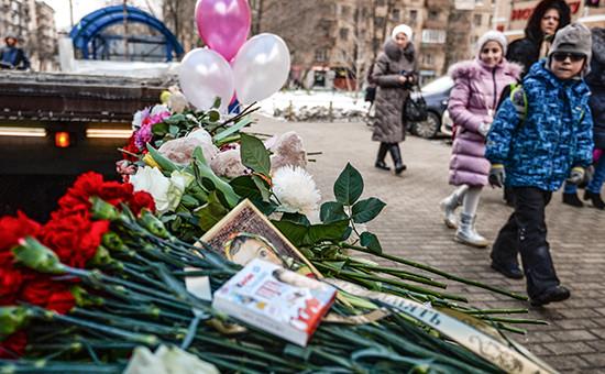 Цветы иигрушки впамять обубитой девочке у входа настанцию метро «Октябрьское Поле» вМоскве