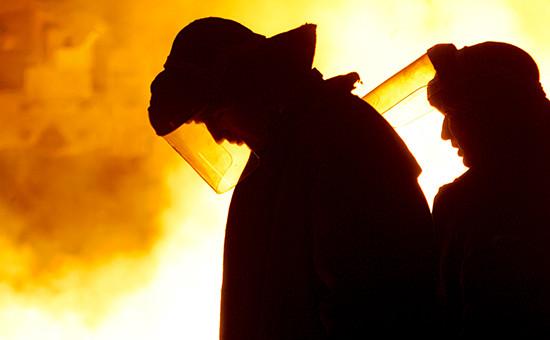 Во время розлива чугуна в домне завода «Северсталь»