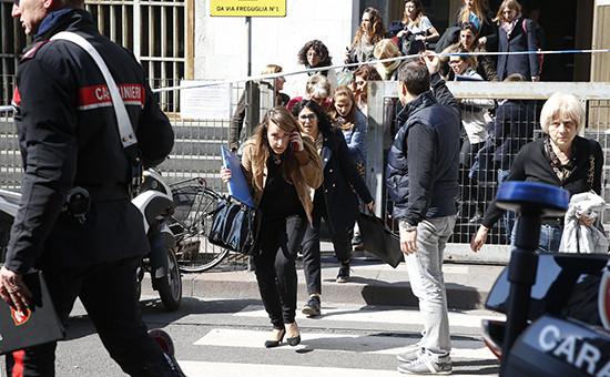 Полицейские эвакуируют людей из здания Миланского суда