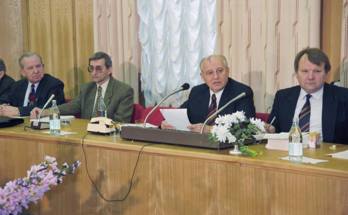 Михаил Горбачев (второй справа) на пресс-конференции «Перестройка, замысел, воплощение, уроки». Апрель 1995 года