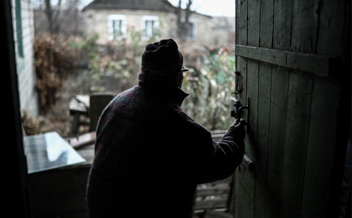 Жительпоселка Зайцево в Донецкой области у своего дома