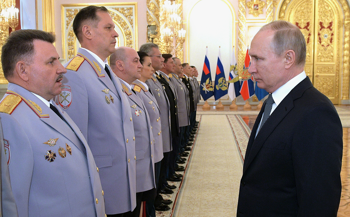 Николай Савченко (слева) и Владимир Путин (справа)