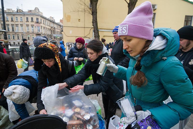 Акция по раздельному сбору мусора на улице Марата в Петербурге
