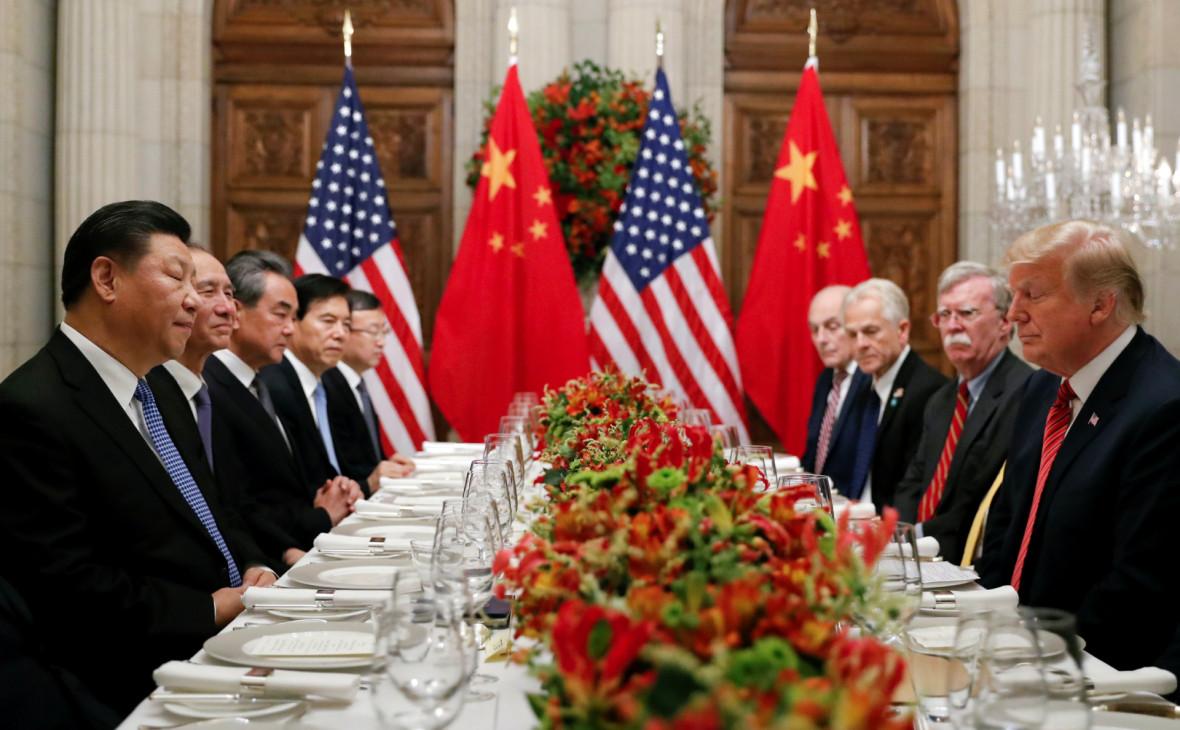 Си Цзиньпин(крайний слева) и Дональд Трамп (крайний справа)