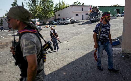 Члены группы «Сасна црер» натерритории захваченного полка патрульно-постовой службы полиции района Эребуни вЕреване