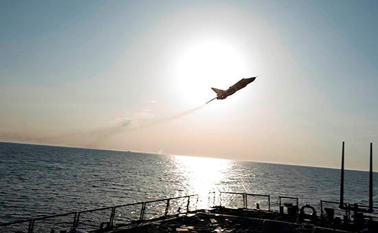 Пролет российского самолета Су-24над американским эсминцем «Дональд Кук»на Балтике