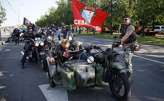 Мотоколонна клуба «Ночные волки» перед началом проезда по улицам столицы в день празднования 25-го юбилея клуба. Архивное фото