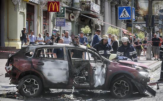 На месте взрыва автомобиля, вкотором находился журналист Павел Шеремет. 20 июля 2016 года