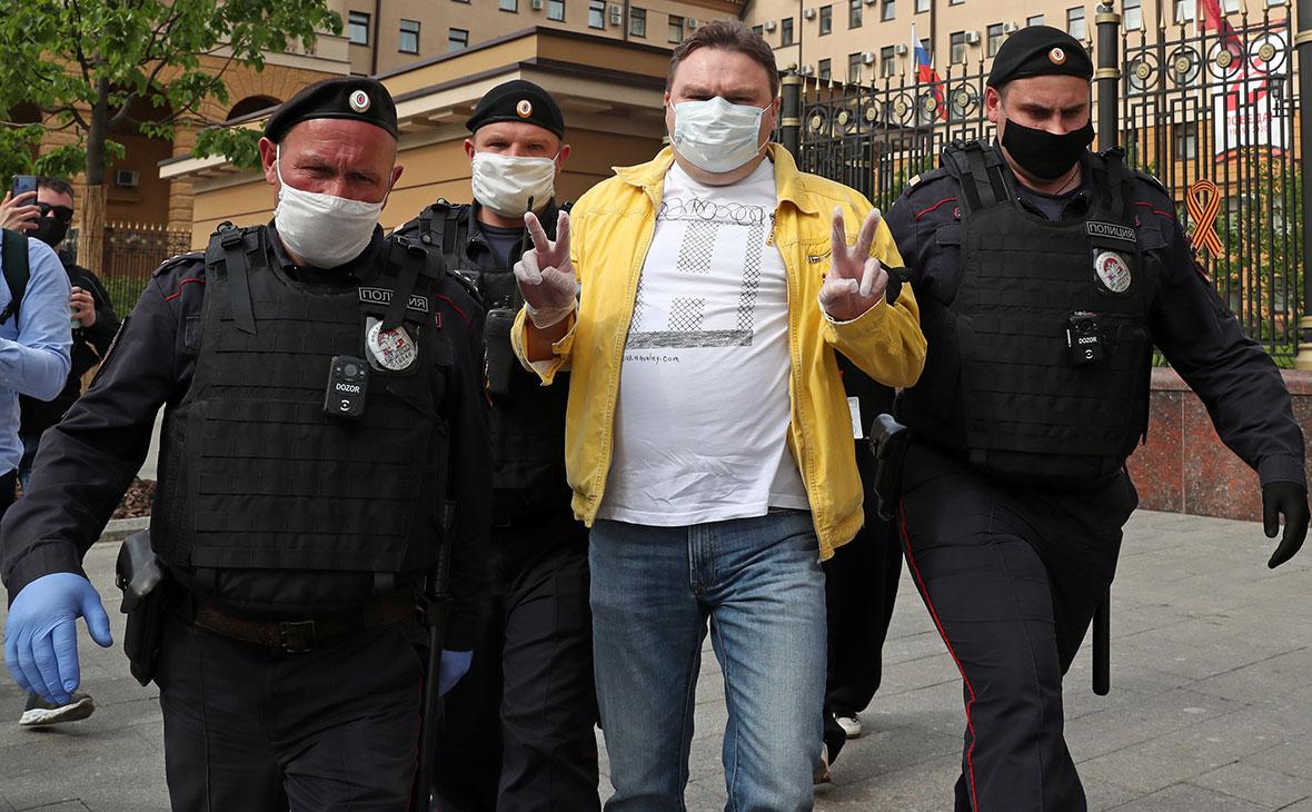 Александр Плющев во время задержания у здания ГУ МВД РФ по городу Москве
