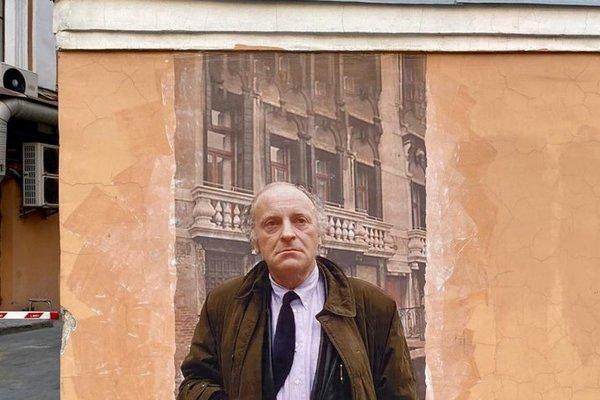 «Урбан-фреска» появилась на стене между домами по улице Пестеля, 16 и 16Б, напротив квартиры поэта в доме Мурузи, 24 мая