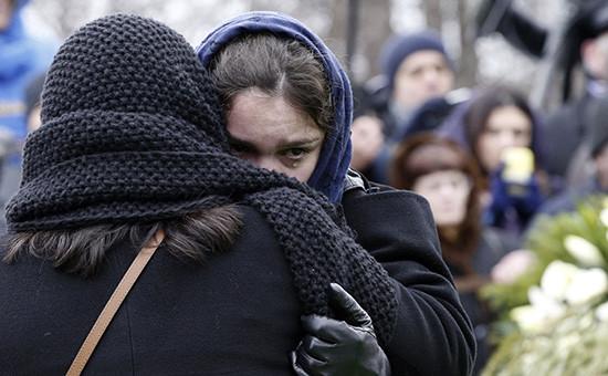 Дочь Бориса Немцова Жанна во время похорон Бориса Немцова на Троекуровском кладбище