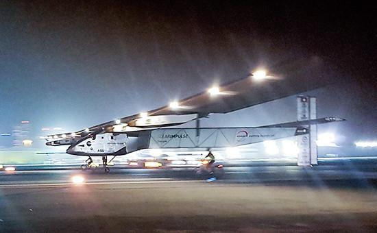 Солнцелет Solar Impulse 2 во время посадкив аэропорту Абу-Даби