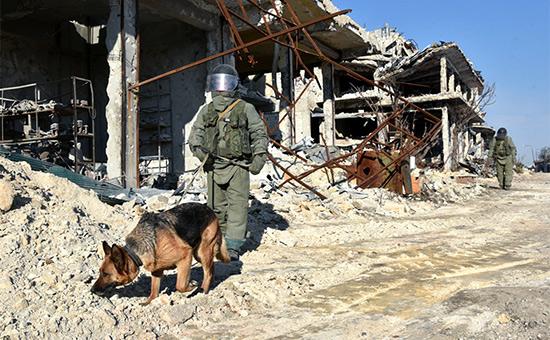 Сапер Международного противоминного центра ВС РФ разминирует территории вАлеппо