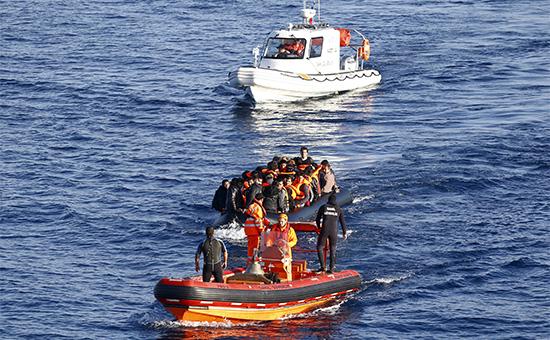 Береговая охрана Турции буксирует лодку с мигрантами