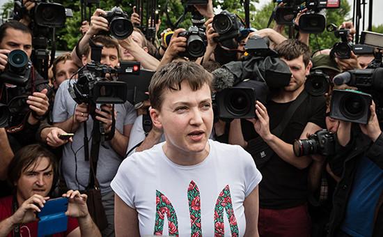 Украинская военнослужащая Надежда Савченко отвечает навопросы журналистов в Киеве, 25 мая 2016 года