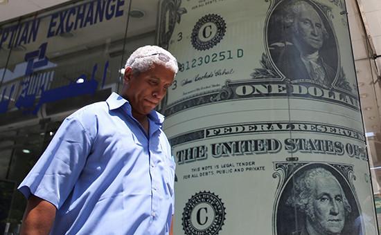 Мужчина проходит миморекламы бюро обмена валют
