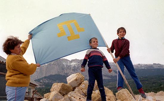 Крымские татары с национальным флагом