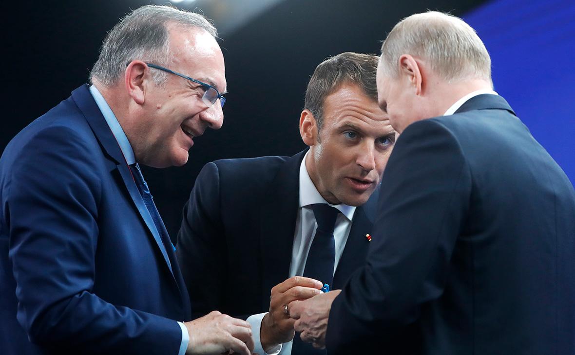 Пьер Гаттаз, Эммануэль Макрон и Владимир Путин (слева на право)