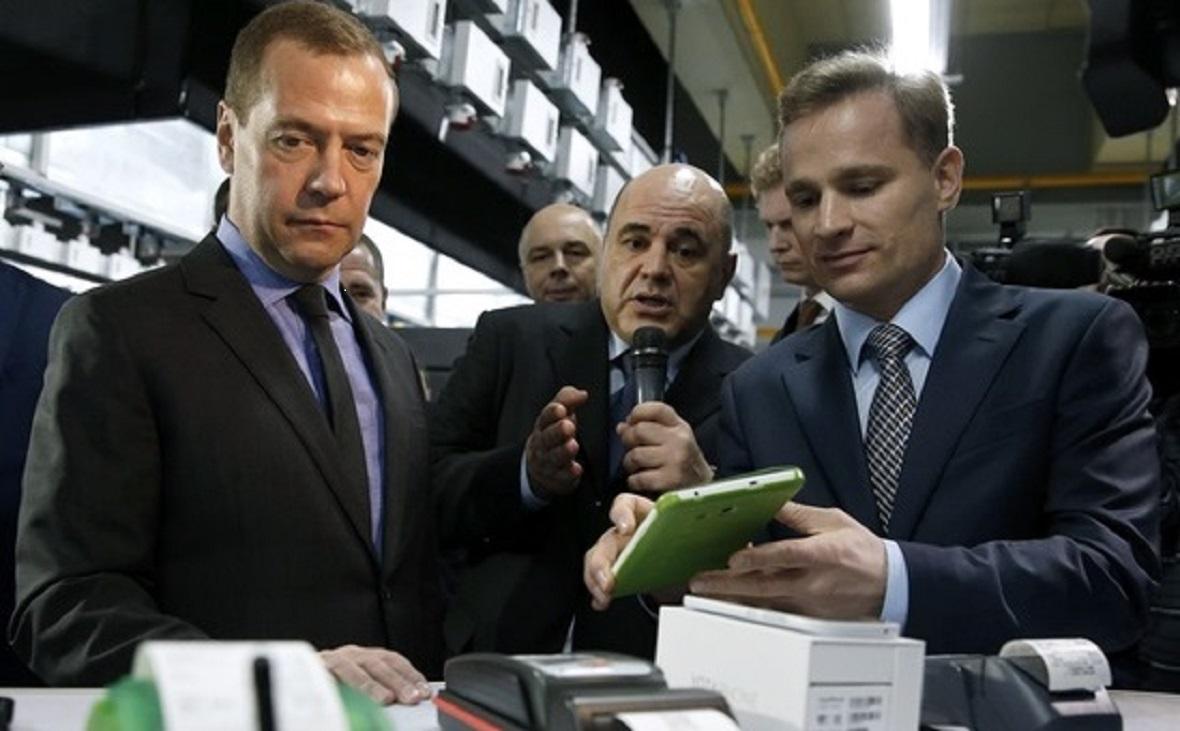 Премьер-министр Дмитрий Медведев на открытии первой очереди ЦОДа в Городце в 2015 году