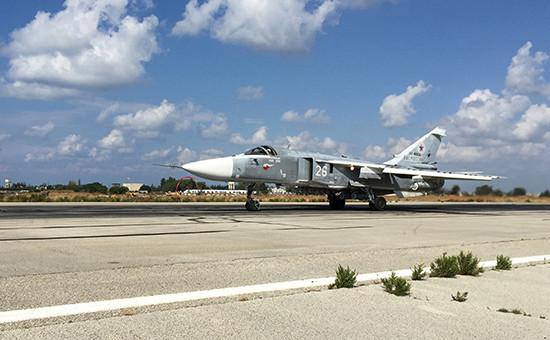 Фронтовой бомбардировщик Су-24 взлетает савиабазы Хмеймим вСирии