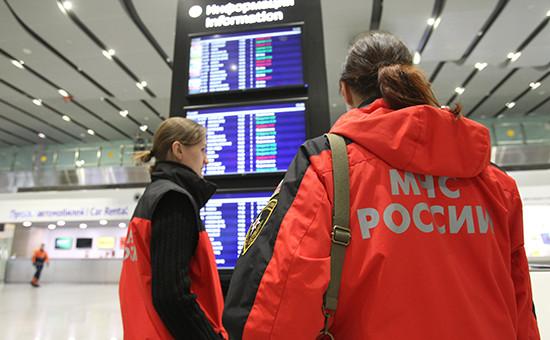 Сотрудники МЧС в аэропорту Пулково