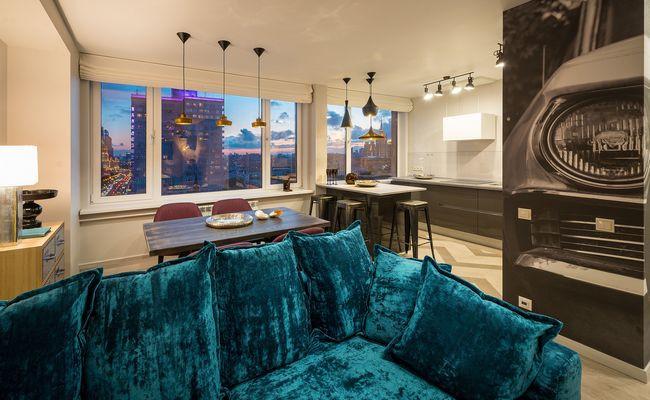 Яркий дизайн интерьера трехкомнатной квартиры в центре Москвы олицетворяет огни ночного города