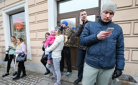 Жители города у станции метро «Технологический институт». 3 апреля 2017 года