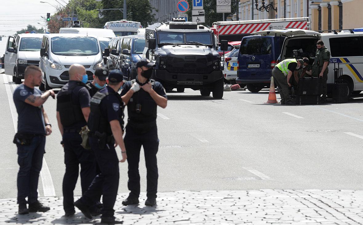 Сотрудники правоохранительных органов возле здания бизнес-центра «Леонардо»